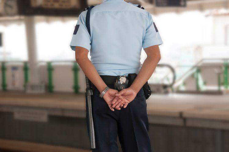 Vigilante de seguridad en una estación.