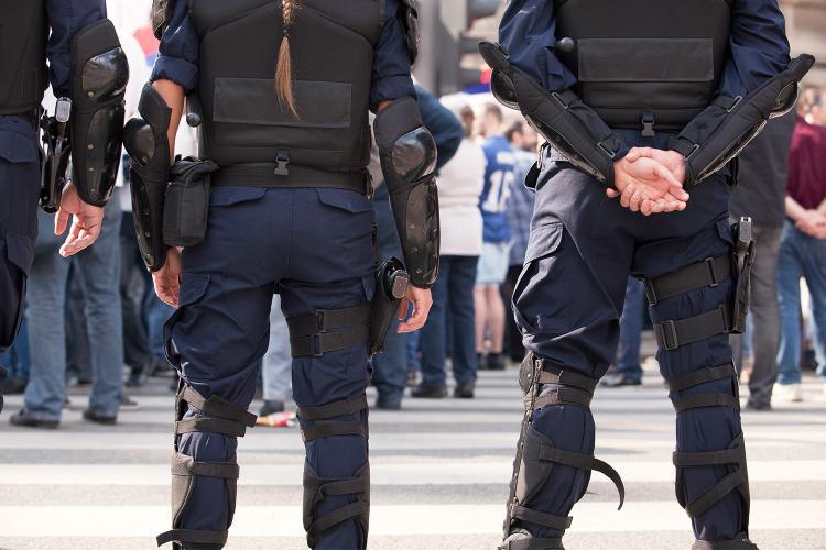 Día Internacional de la Mujer: Mujer policía en manifestación.