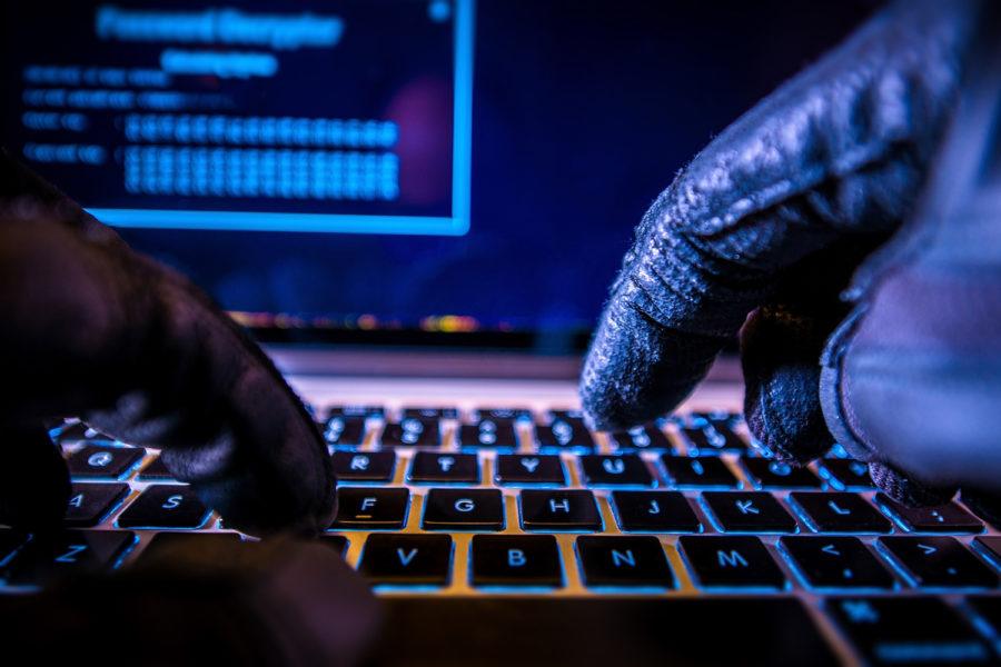 Hacker, ciberataque, ingeniería social, teclado, teclear