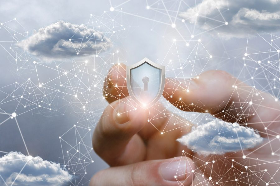 Una mano coge un candado de ciberseguridad en cloud