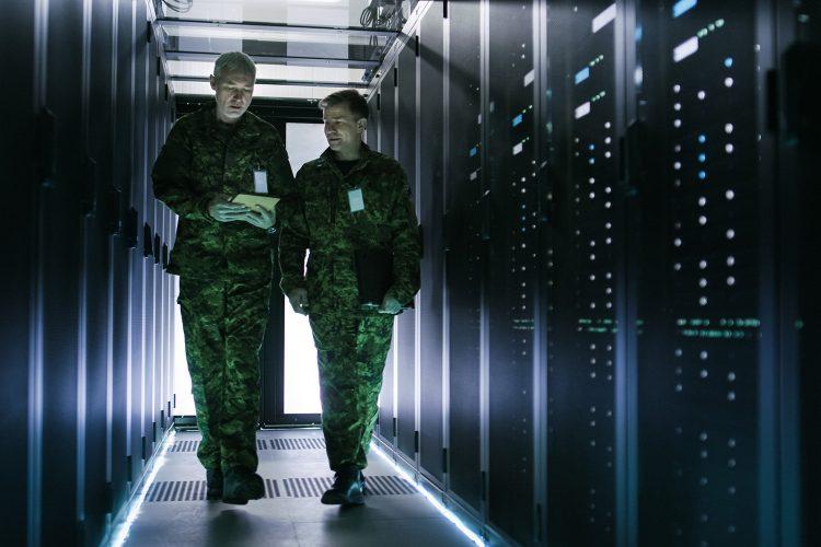 Militares en un centro de datos.