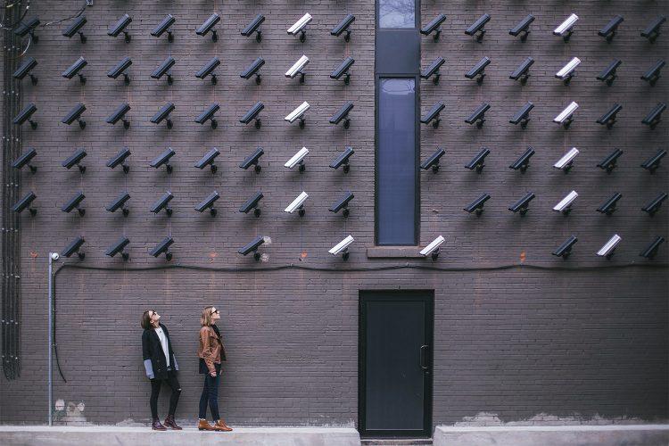 Camaras de videovigilancia sobre una puerta.