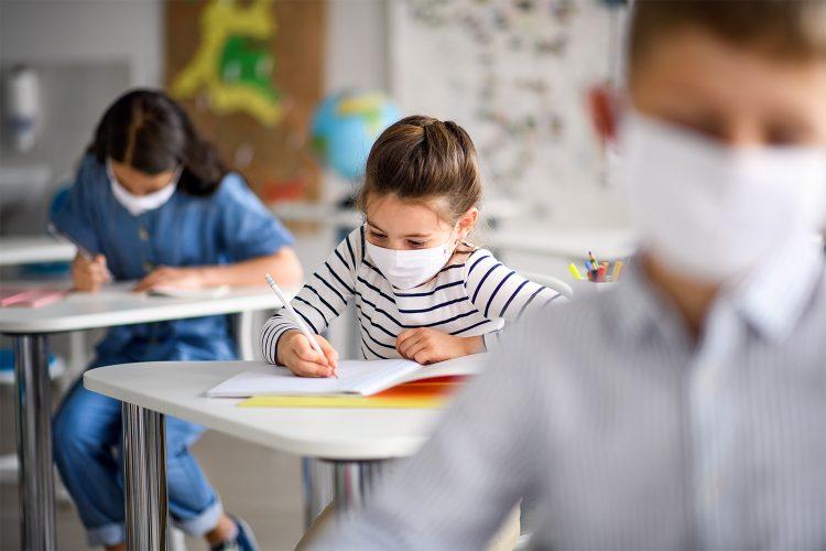 una-clase-de-ninos-en-el-colegio
