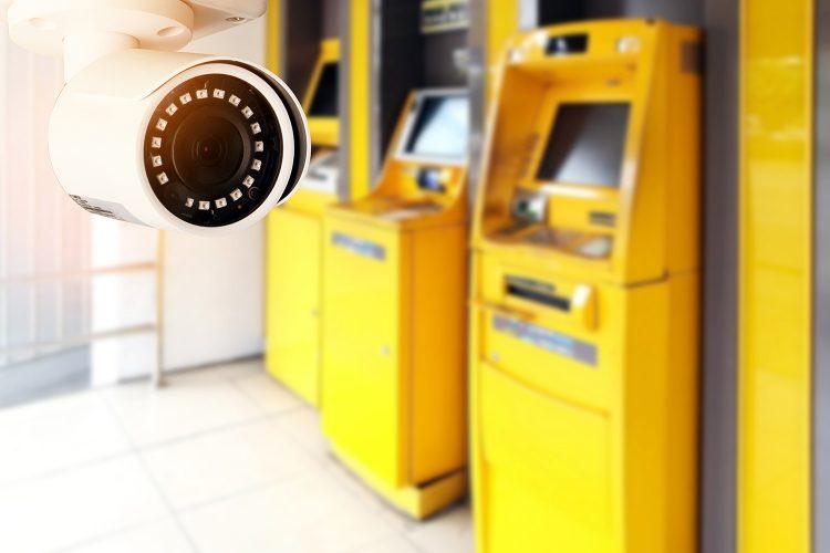 cajeros automáticos vigilados por una cámara de seguridad